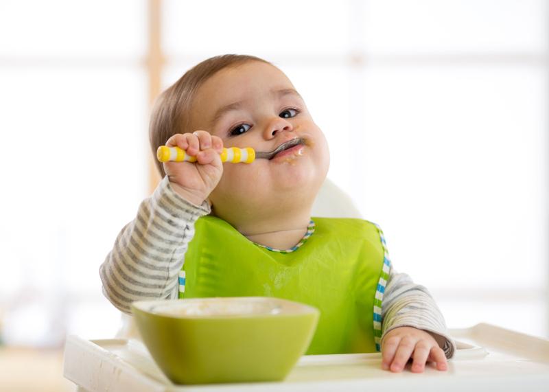 Bebé comiendo solo una papilla