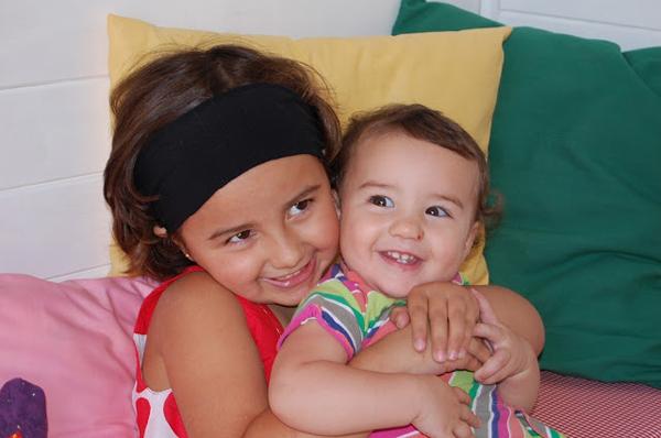mis hijas en su casita de jardín