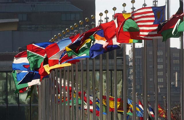 Mis hijas y sus nacionalidades. United Nations Flags