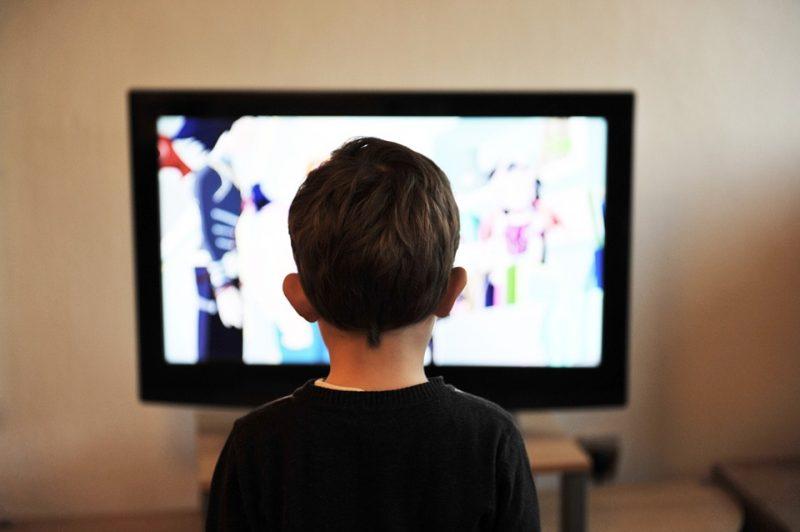 niño viendo tv en horario infantil