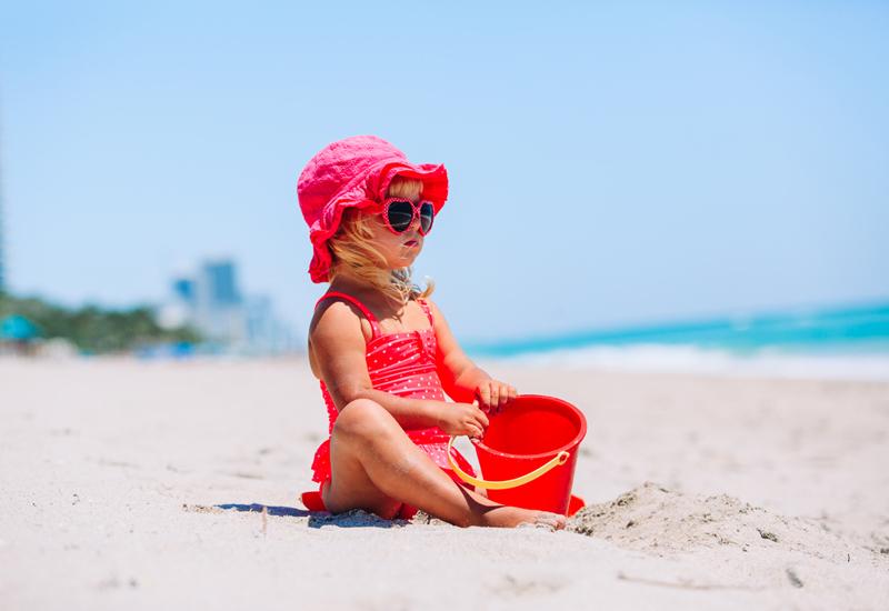 bebe en la playa