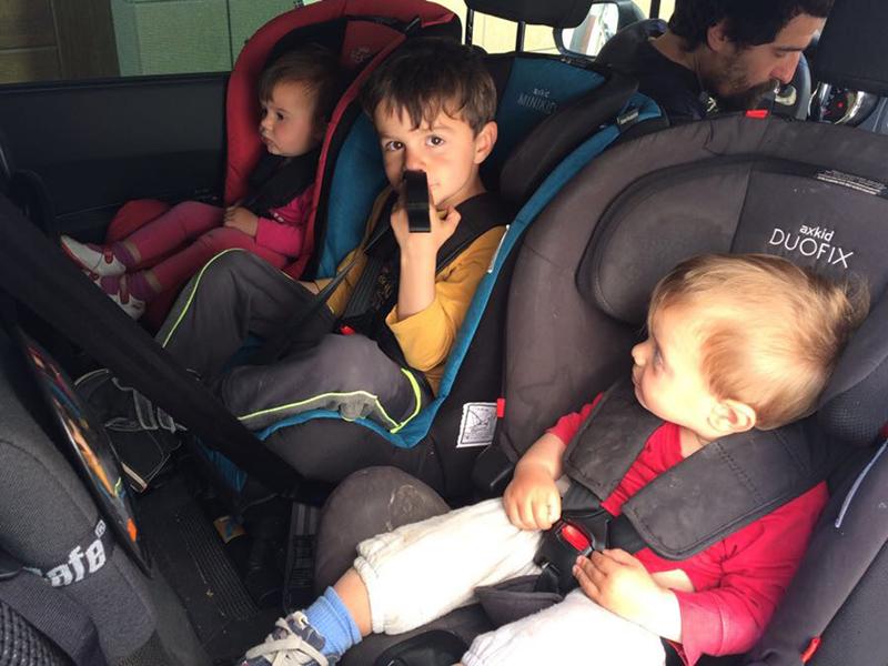 Llevar tres niños a contramarcha