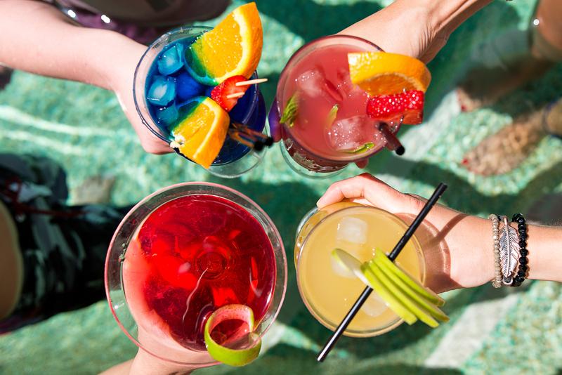 Cocktail en piscina