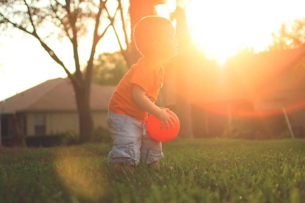 niño jugando con la pelota