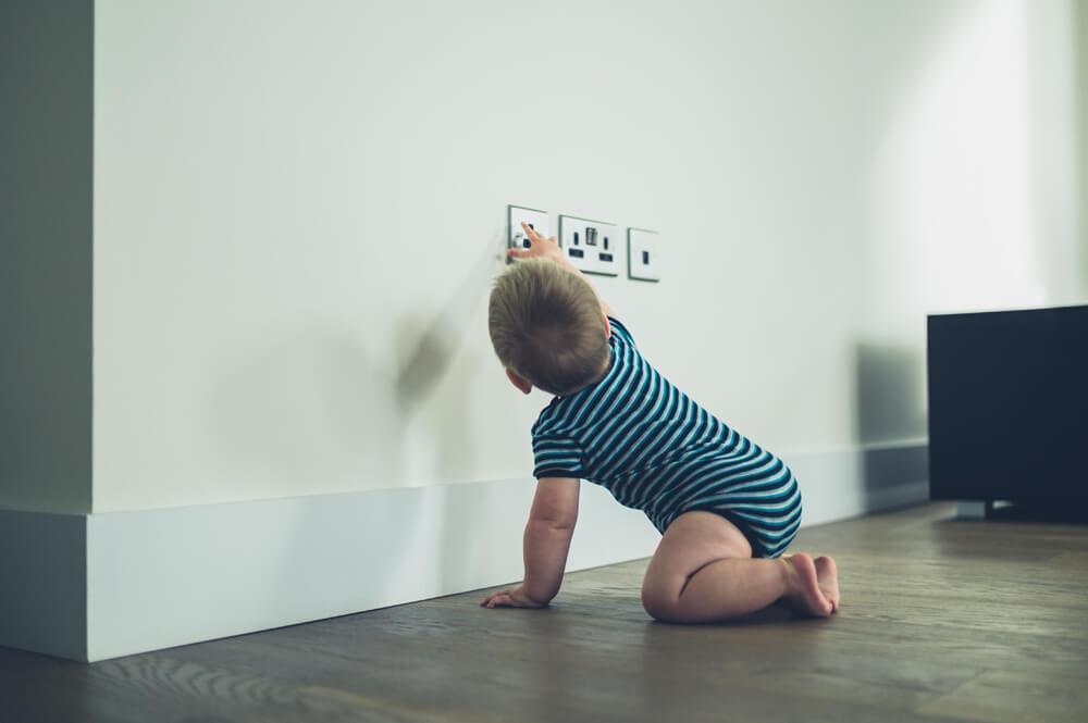 Seguridad en el hogar. Niño tocando interruptores