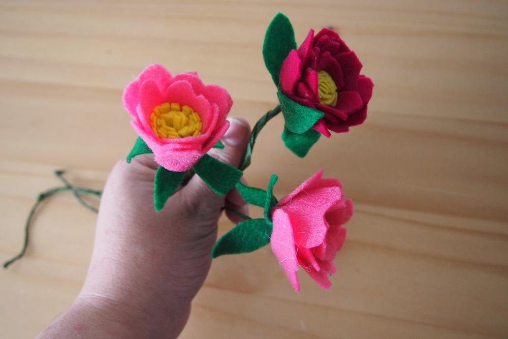 guirnalda de flores de fieltro