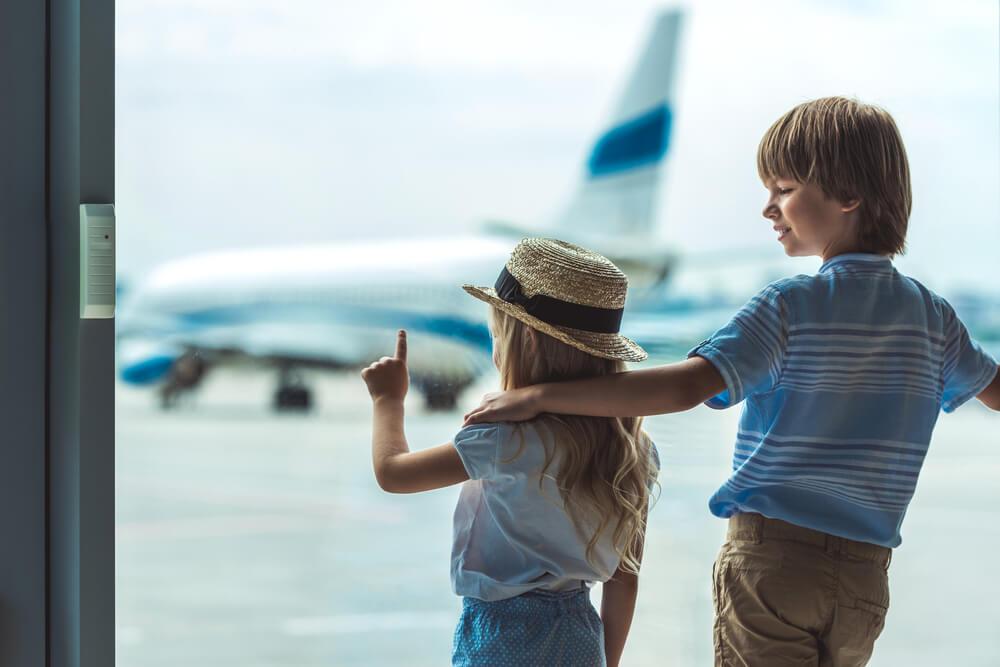 Niños observando aviones