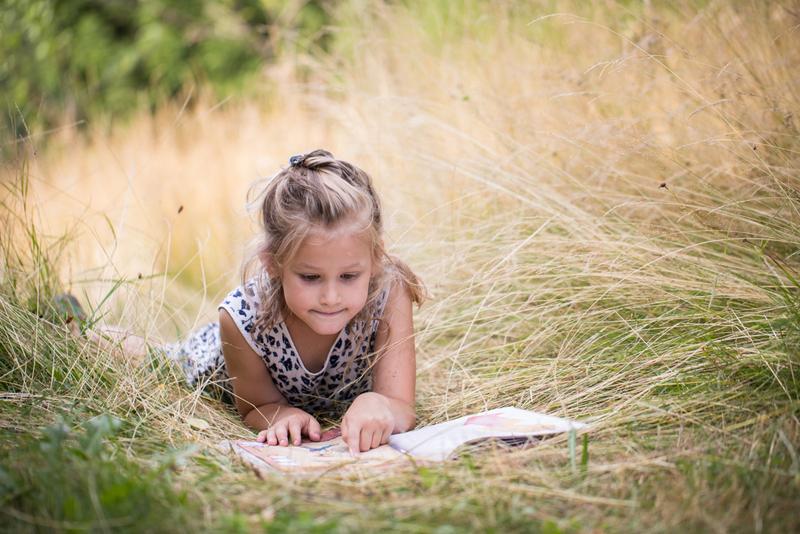 nina leyendo en el campo