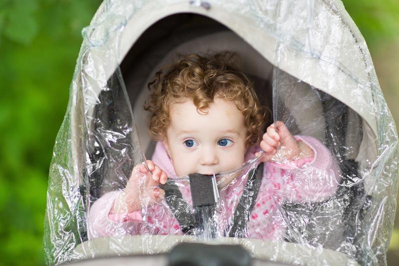 niño con plastico para la lluvia