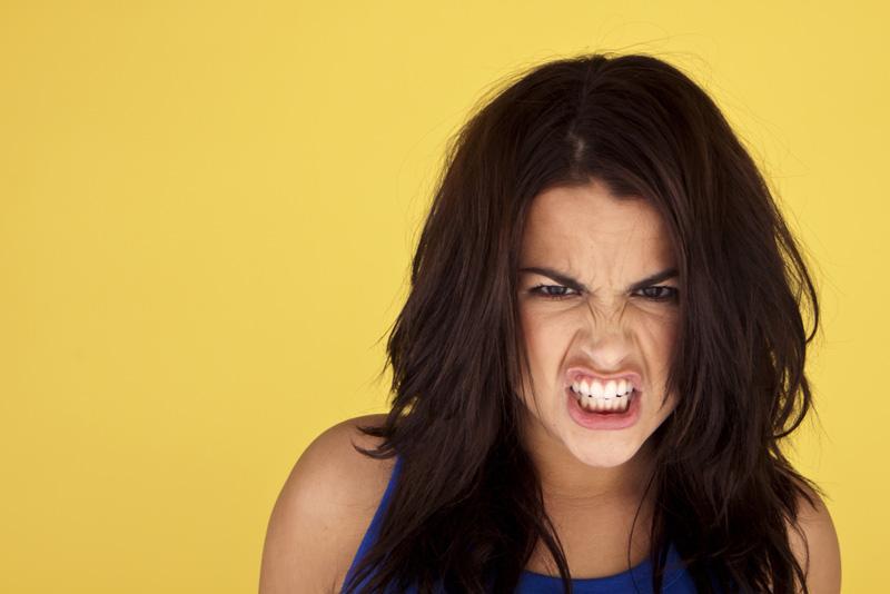 chica enfadada