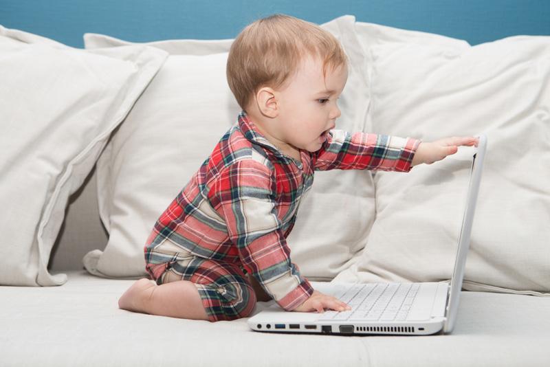 Niño con portátil