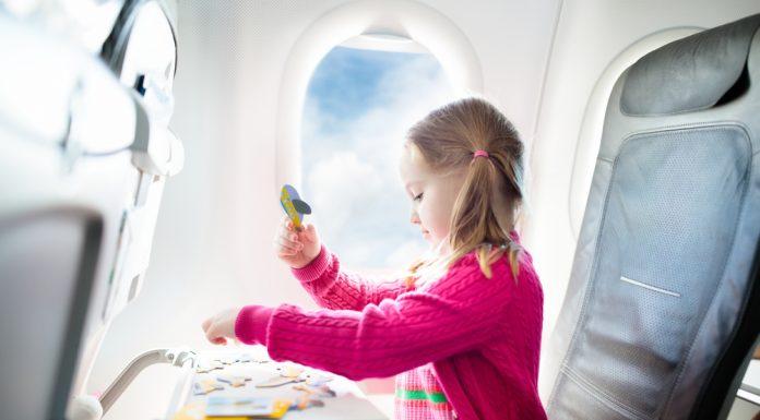 Niña en avión