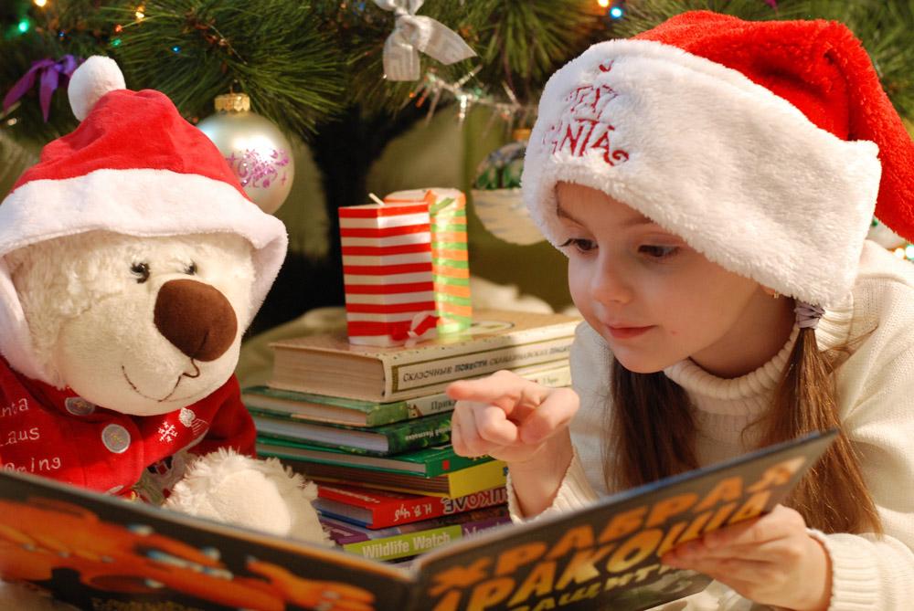 Navidad niña leyendo