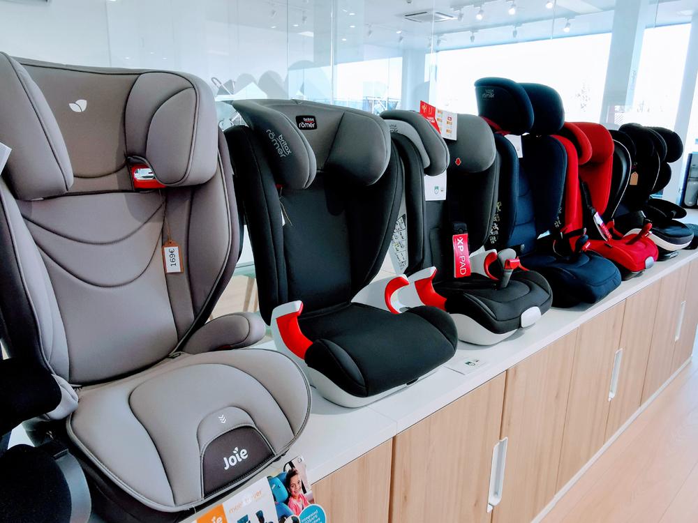 Exposición de sillas de automóvil en Nenena