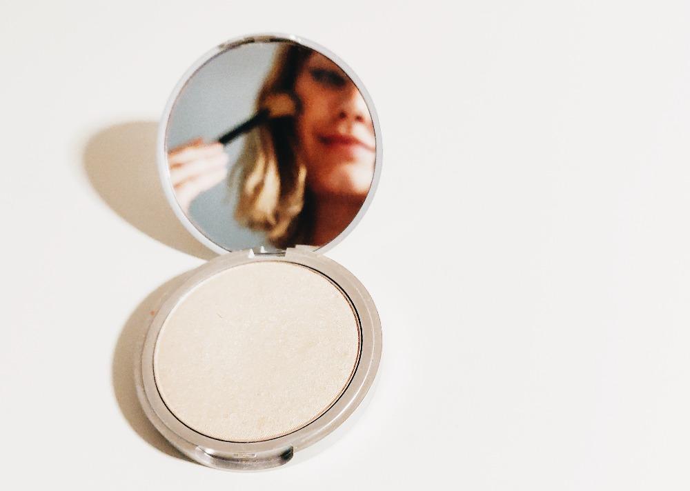 Chica espejo maquillaje